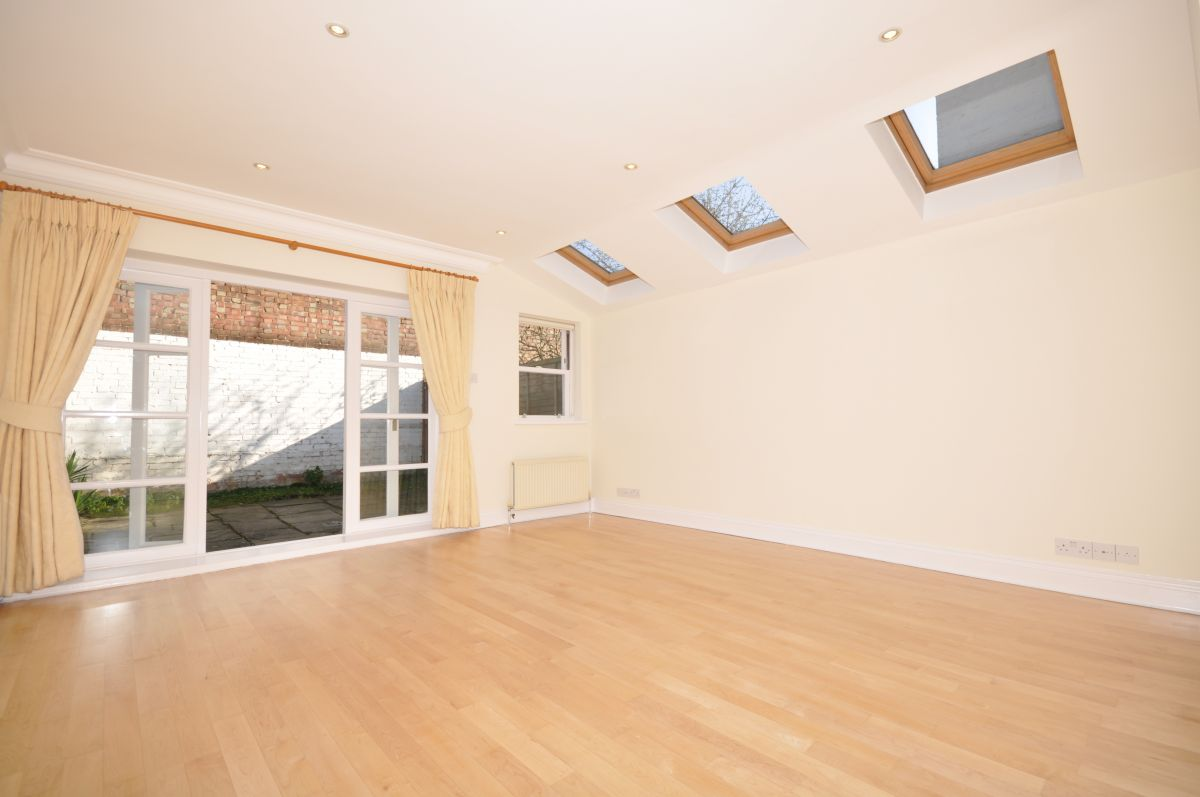2 Bedroom Flat to rent in Chiswick, Cranbrook Road