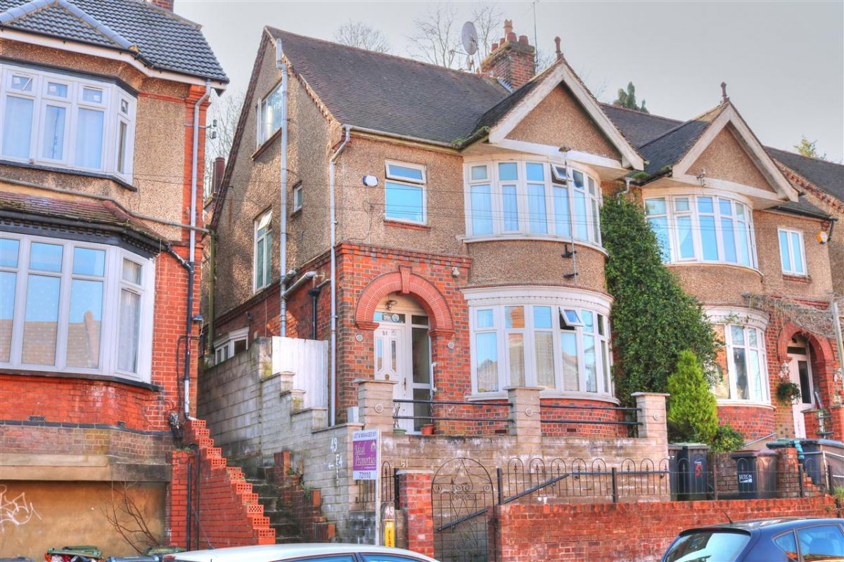 4 Bedroom Semi-Detached for sale in Luton, Bedfordshire, United Kingdom