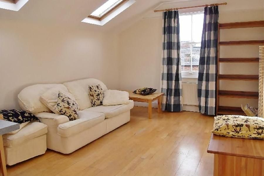 4 Bedroom Flat to rent in Cricklewood, Walm Lane