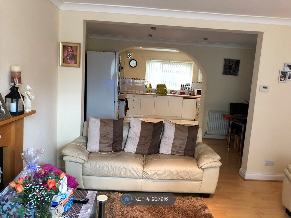 2 Bedroom Semi-Detached to rent in Manchester, Coronation Street
