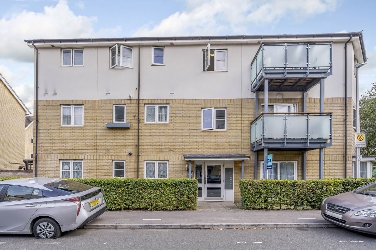 2 Bedroom Flat for sale in Ilford, Clark Grove