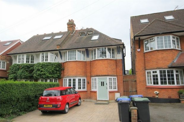 2 Bedroom Flat for sale in Winchmore Hill, London, United Kingdom
