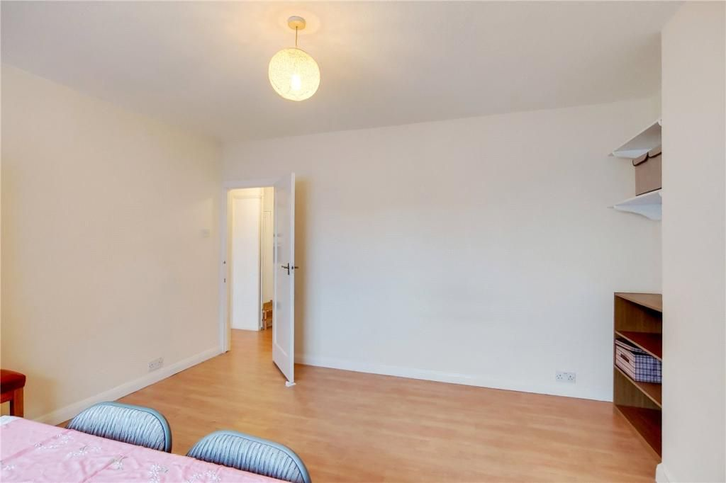 2 Bedroom Apartment for sale in Surbiton, South Bank Lodge