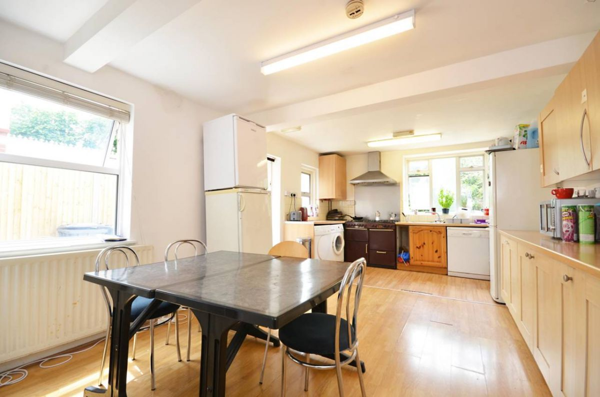 11 Bedroom Semi-Detached to rent in Guildford, Surrey, United Kingdom