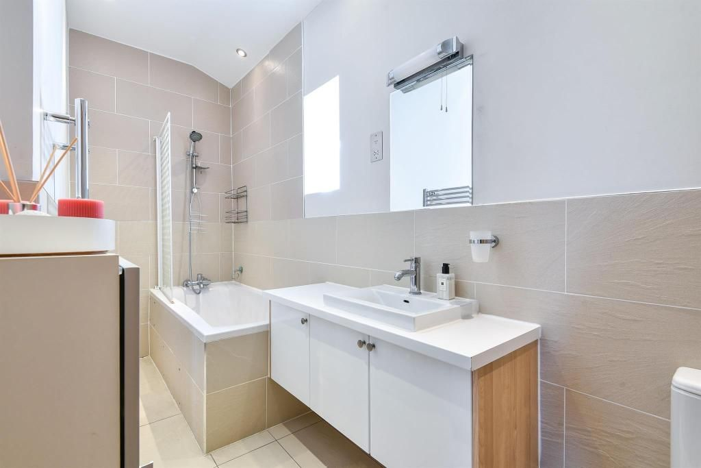 2 Bedroom Apartment to rent in Ealing, Hillcrest Road