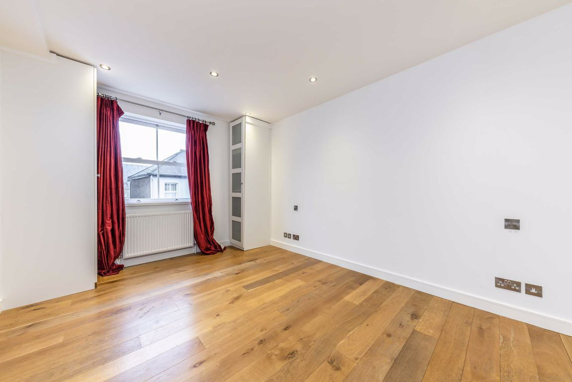2 Bedroom Flat for sale in Hampton, Thames Street