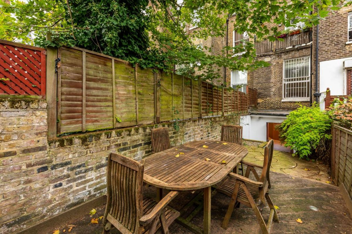 2 Bedroom Flat for sale in Earls Court, Cromwell Crescent