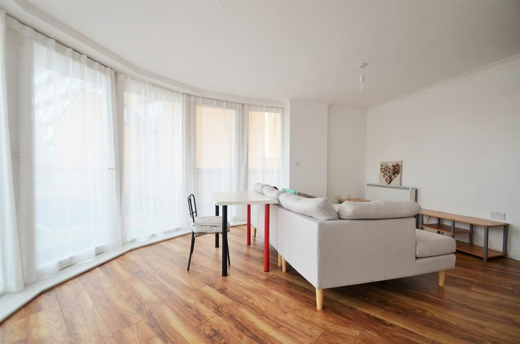 2 Bedroom Flat to rent in Feltham, Bergenia House