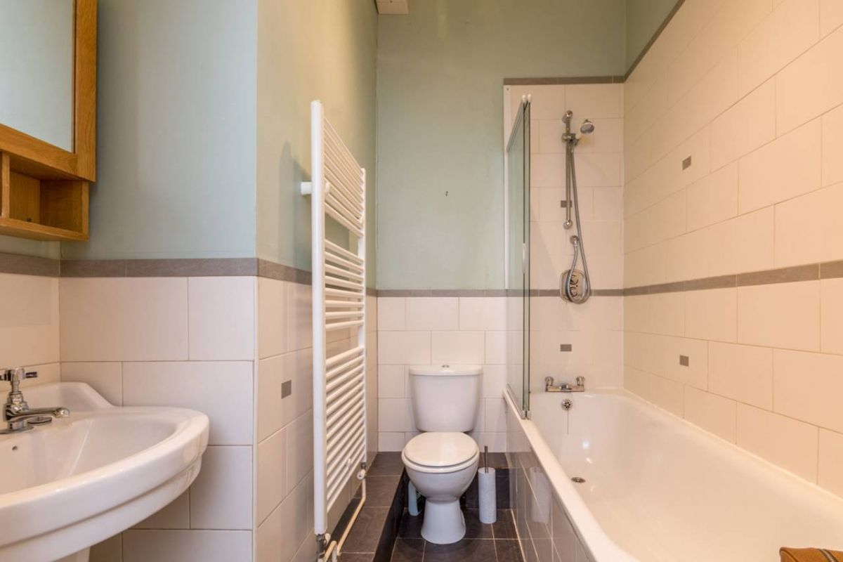 1 Bedroom Flat for sale in Guildford, Clandon Road