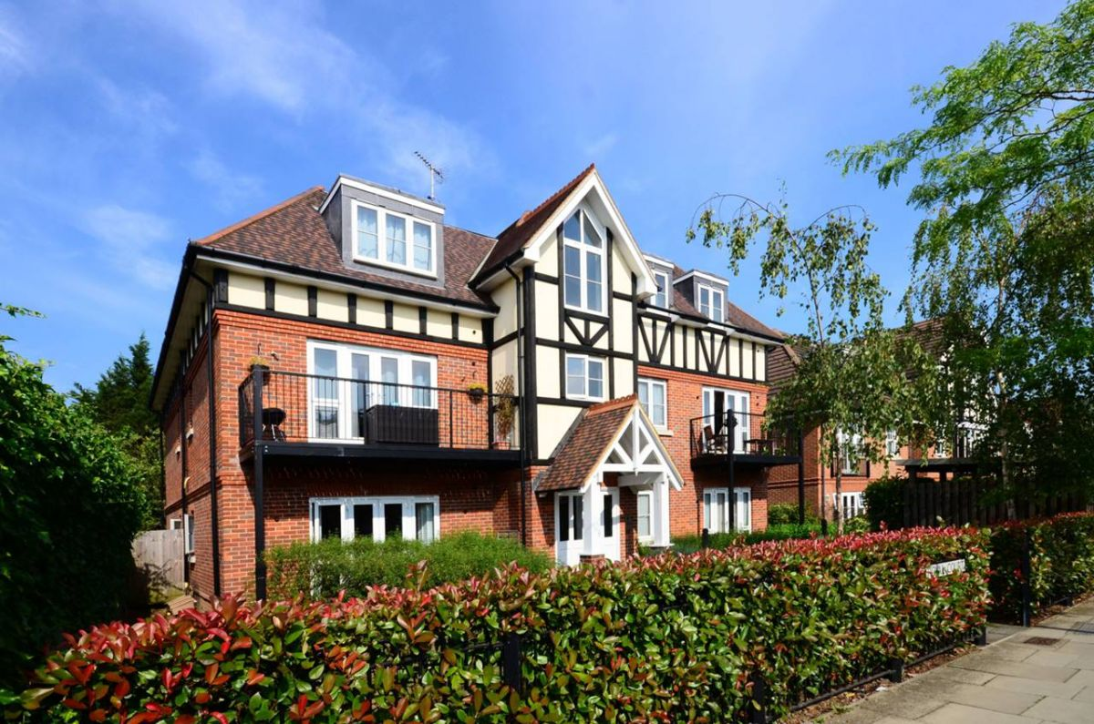 2 Bedroom Flat to rent in Mill Hill, Holders Hill Road
