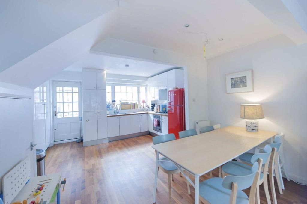 3 Bedroom Flat to rent in Kensington, Hillgate Place