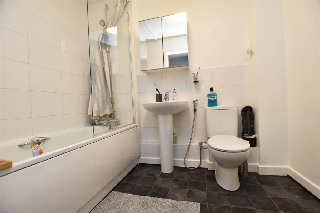 1 Bedroom Apartment for sale in Isleworth, Wood Lane