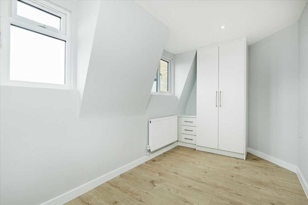 3 Bedroom Apartment to rent in Tooting, Upper Tooting Road