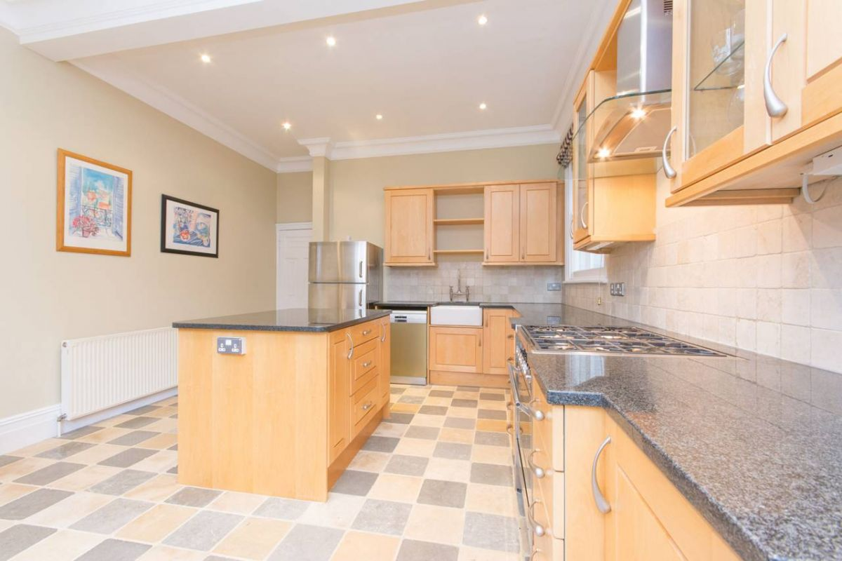 5 Bedroom House to rent in Finchley Central, Church Crescent