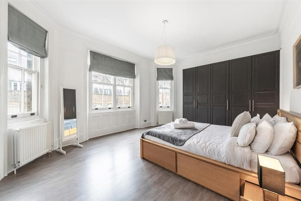 2 Bedroom Flat to rent in Kensington, Kensington High Street