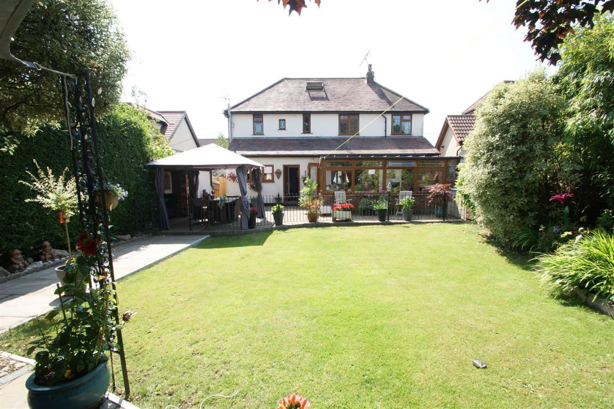 4 Bedroom Detached for sale in Hockley, Highams Road