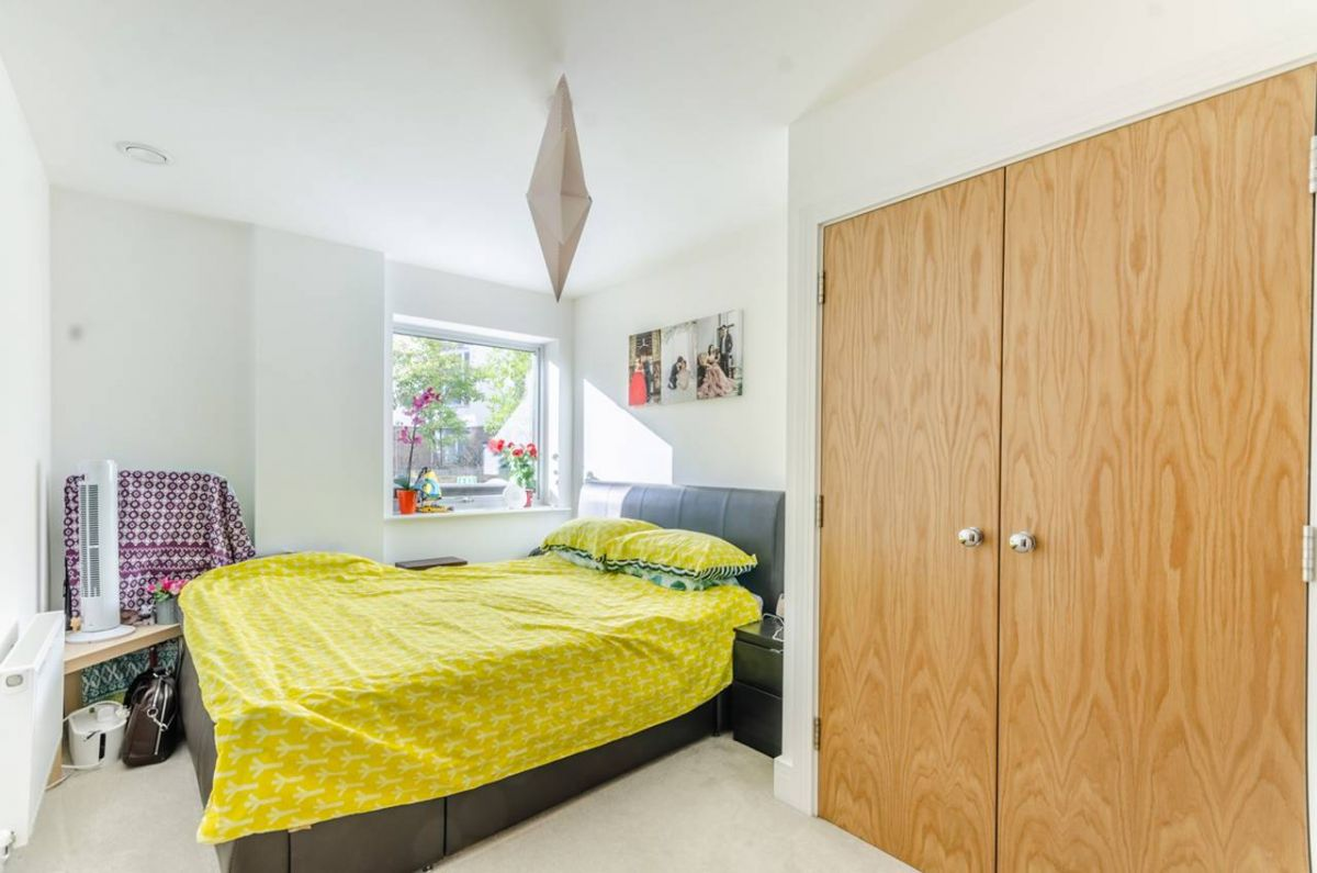 2 Bedroom Flat for sale in Guildford, Station View