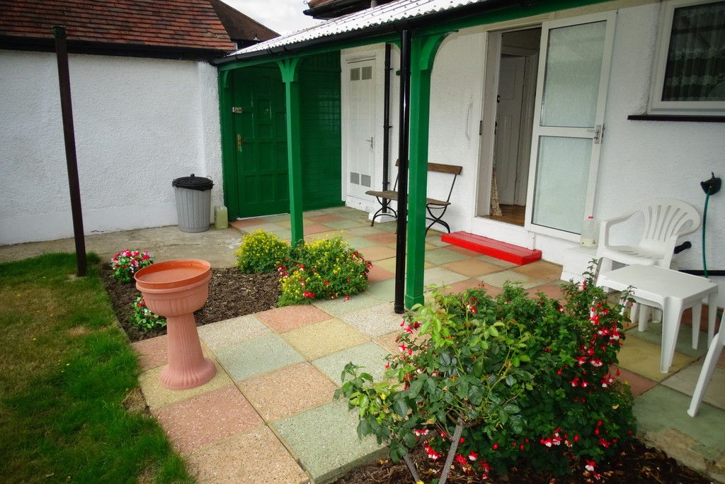 2 Bedroom Detached Bungalow for sale in Feltham, Parkfield Road