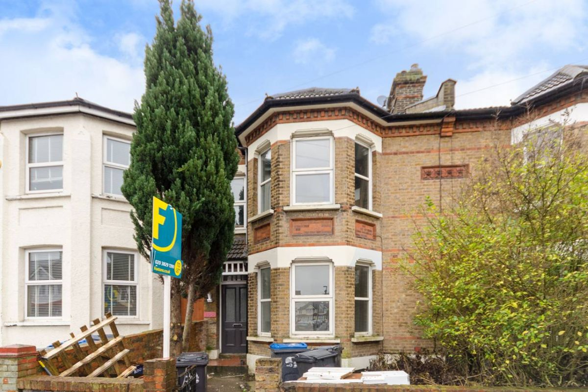 2 Bedroom Flat to rent in Croydon, Waddon Road