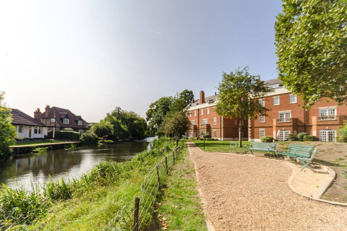 2 Bedroom Flat for sale in Molesey, Queens Reach